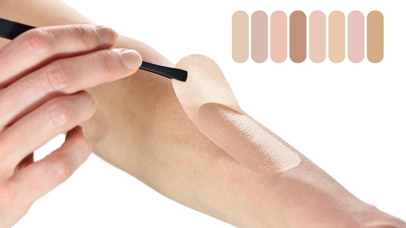 エアースキン®肌色色色(はだいろいろいろ)をピンセットで肌(腕)に貼っている写真