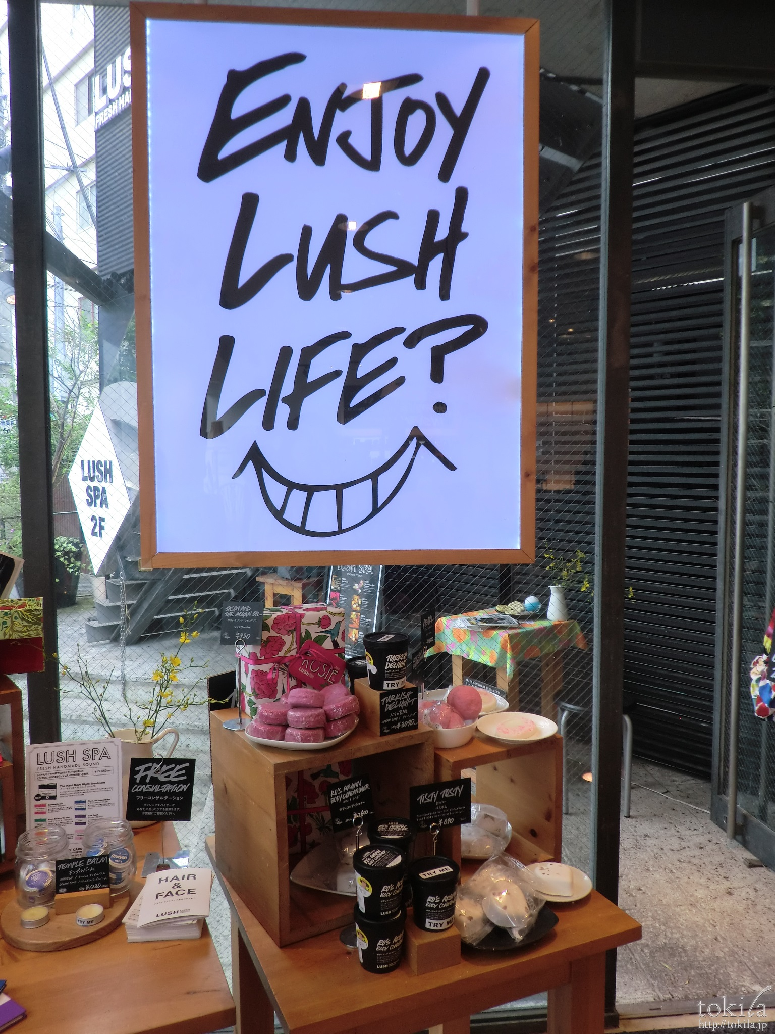 ラッシュ店内のポスターの写真