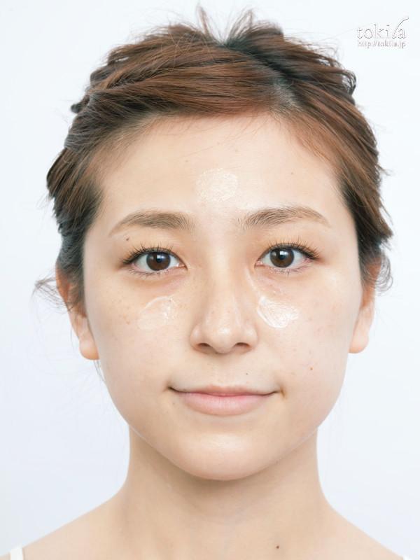 新見千晶さんが教えるベースメイク 下地の塗り方1両頬と額に、下地を点置きする