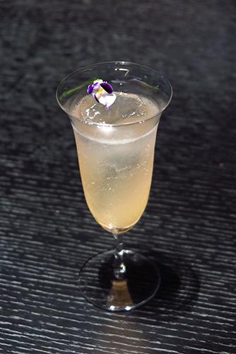 ブルガリ東京レストラン カクテル 「オ・パフメ オーテブルー」(アルコール入り)
