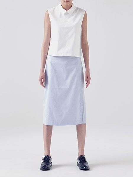 caart. ノースリーブシャツとラップスカートのモデル