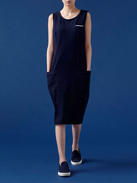 caart. ミドルロング丈のジャージードレスのモデル