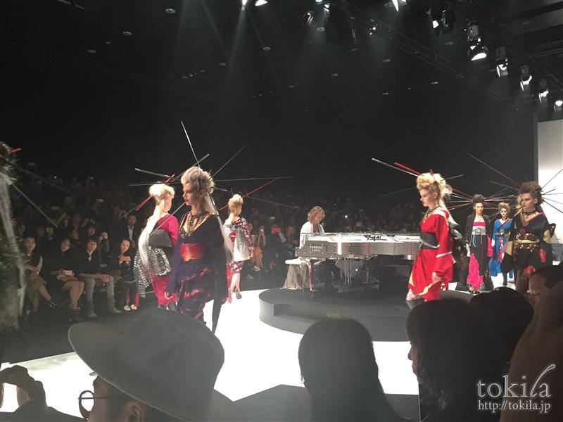 ファッション・ウィーク東京2015 メイベリン ヘアメイクYOSHIKIMONOヨシキモノ コレクション ピアノを演奏するYOSHIKI3