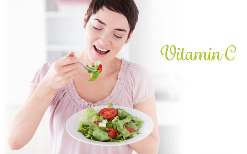 Lypo- C  ビタミンC 野菜を食べる女性