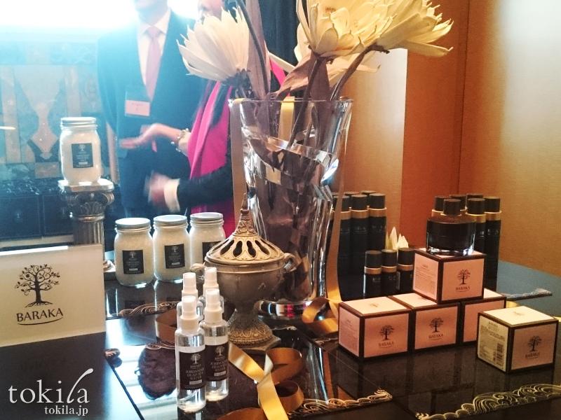 BARAKA バラカ ローンチ発表会 丸テーブルに蓮の花と商品