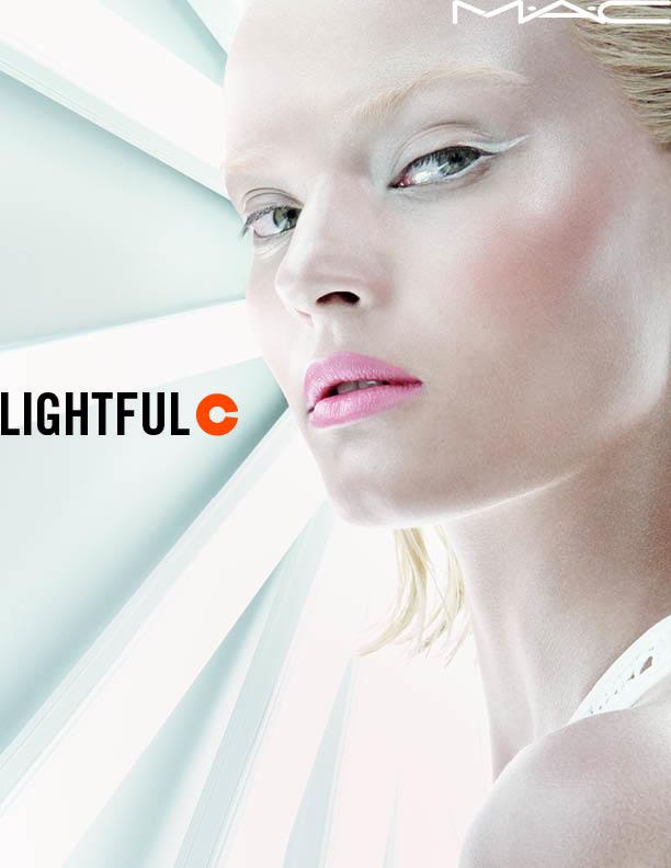 MAC ライトフル C SPF 30 ファンデーション モデルビジュアル