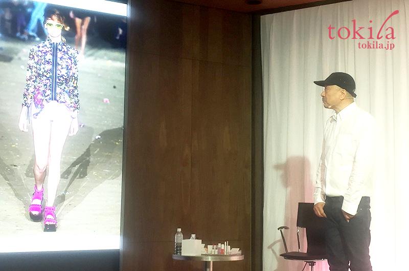キッカ2017春コレクション-ブランドクリエイター吉川氏がスライドを見ながらコレクションの説明