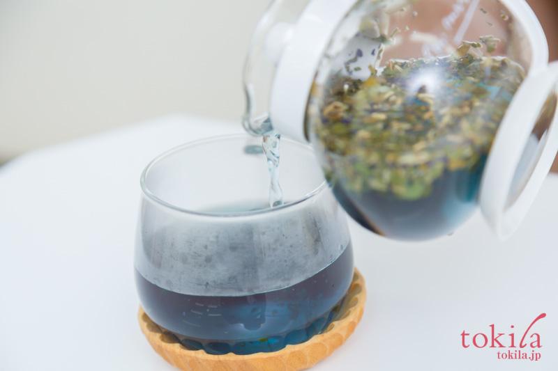 ヴェーダヴィ スペシャルブレンドティ ブルービューティをカップに注いでいる画像