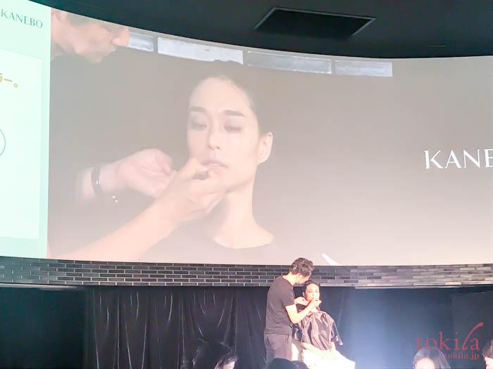 KANEBO発表会メイクデモンストレーションリップを塗っている画像