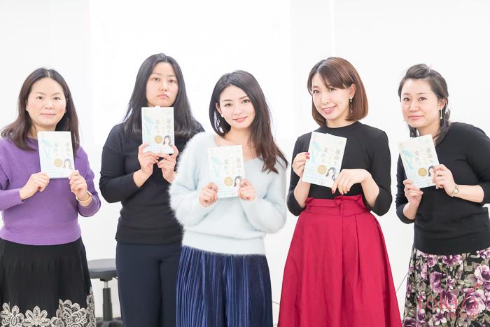 第一部終了後濱田文恵さんと記念撮影をするtokilaメンバー