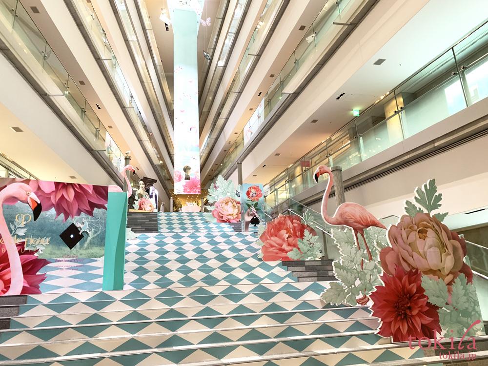 クレ・ド・ポーボーテのホリデーコレクションの巨大パッケージが表れた表参道ヒルズの吹き抜け階段
