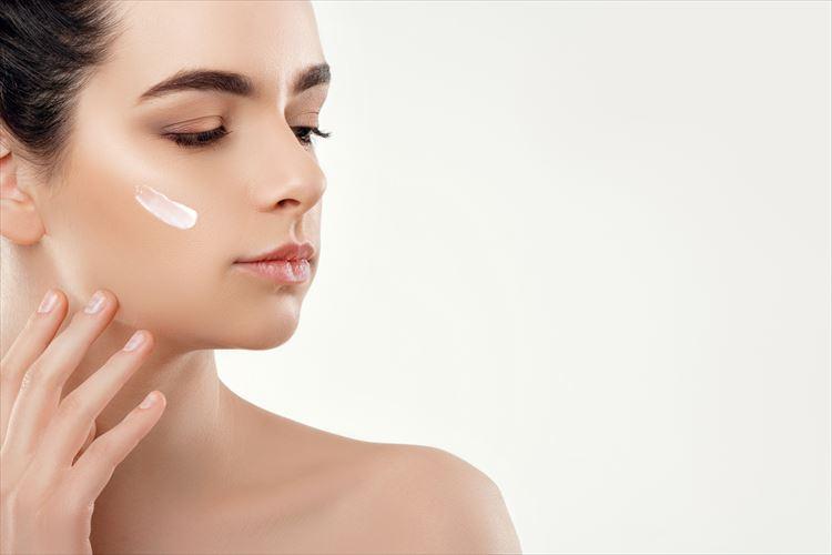 化粧下地を肌にのせることで美肌になるイメージ